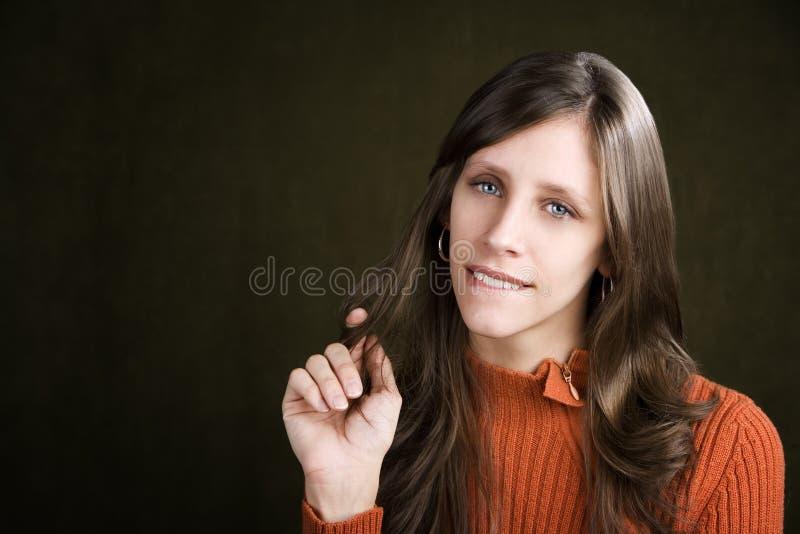 咬住她的嘴唇俏丽的妇女年轻人 库存照片
