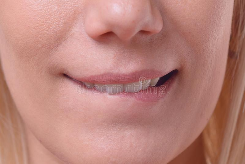 咬住她的嘴唇的体贴的白肤金发的妇女 库存照片