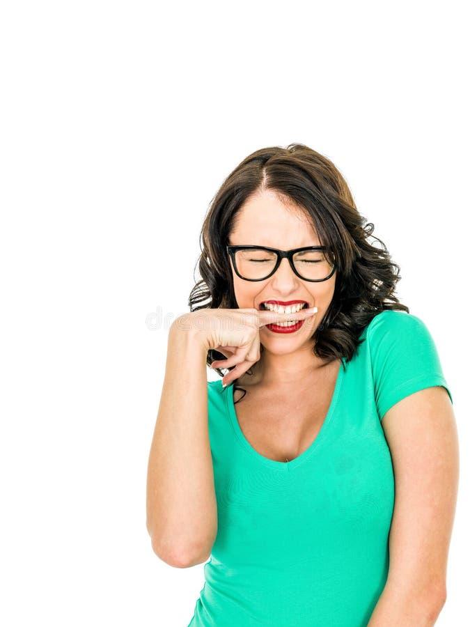 咬住她的手指的恼怒的沮丧的少妇有一坏天 免版税图库摄影