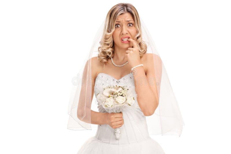 咬住她的钉子的紧张的年轻新娘 免版税图库摄影