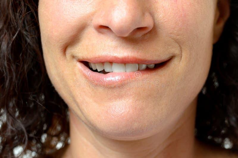 咬住她的嘴唇的体贴的少妇 库存图片