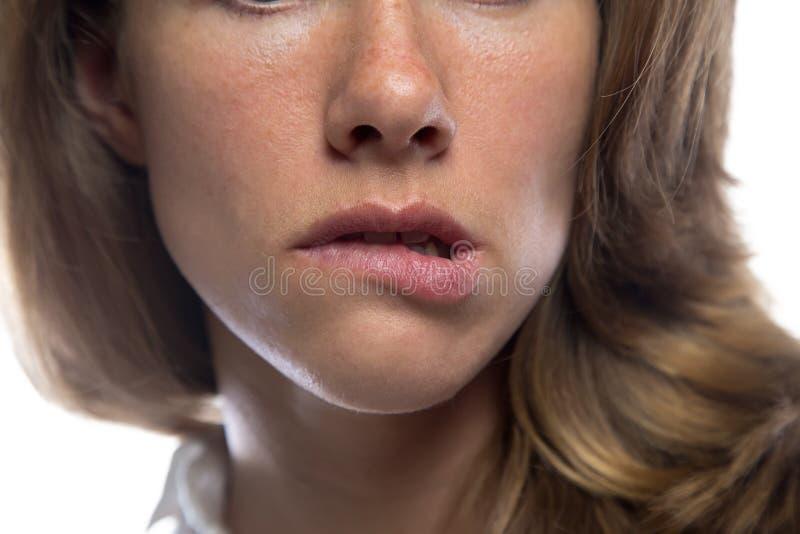 咬住她的嘴唇的妇女 免版税库存照片