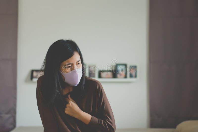 咳嗽亚裔的妇女和胸口痛,健康,季节性传染的概念 免版税库存照片