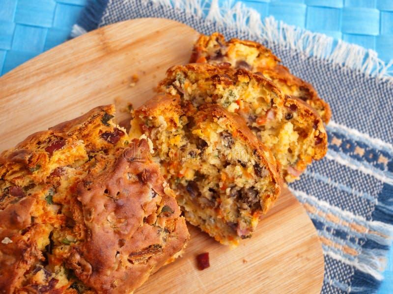 咸蛋糕用火腿和乳酪 免版税库存照片