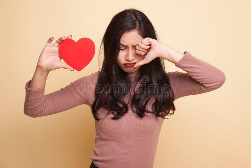 哀伤亚裔与红色心脏的妇女和啼声 免版税库存照片