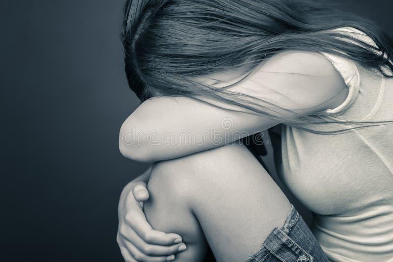 哀伤十几岁的女孩哭泣.