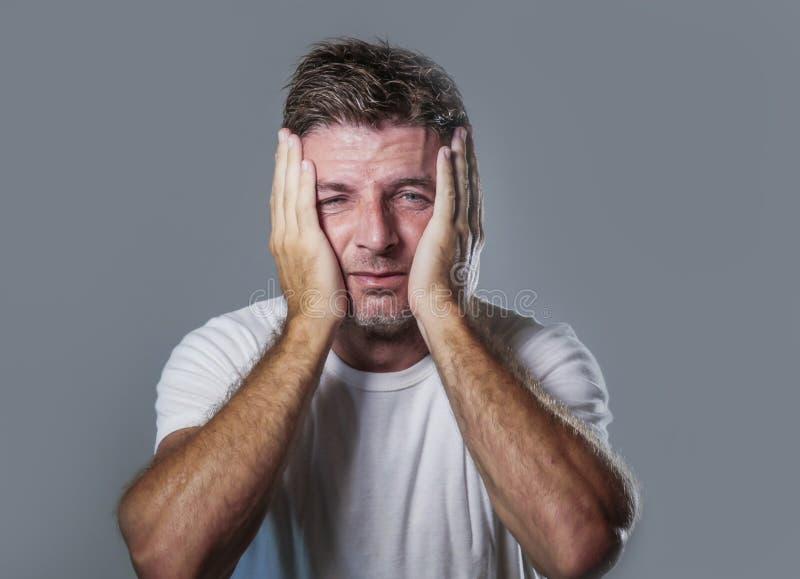 哀伤和沮丧的人画象用在看起来绝望感觉的面孔的手被挫败和无能为力在消沉和悲伤f 库存图片