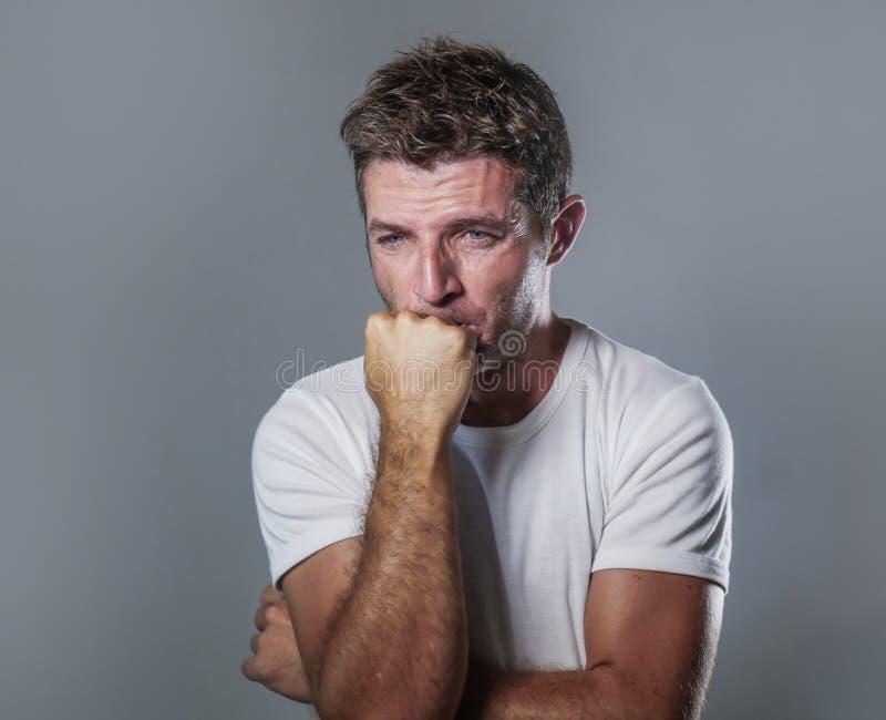哀伤和沮丧的人画象用在看起来绝望感觉的面孔的手被挫败和无能为力在消沉和悲伤fa 库存照片