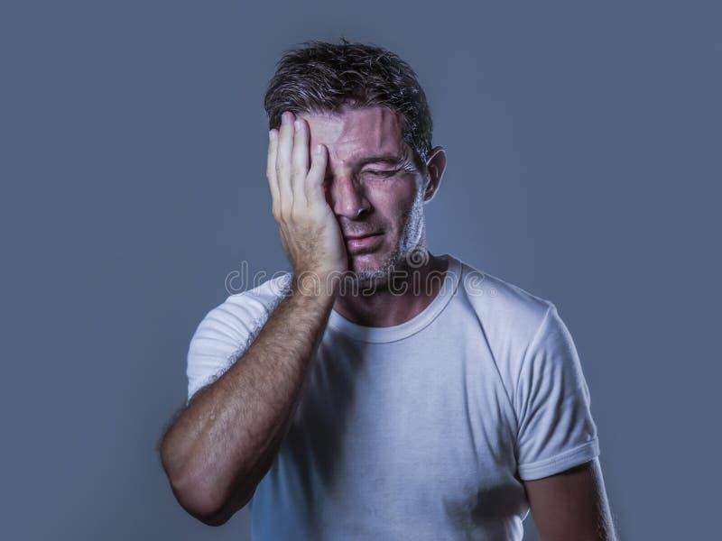 哀伤和沮丧的人画象用在看起来绝望感觉的面孔的手被挫败和无能为力在消沉和悲伤fa 图库摄影