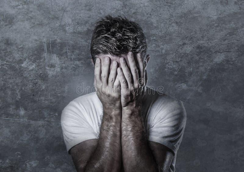哀伤和沮丧的人覆盖物面孔画象用看起来绝望感觉的手被挫败和无能为力在消沉和哀伤 免版税库存照片
