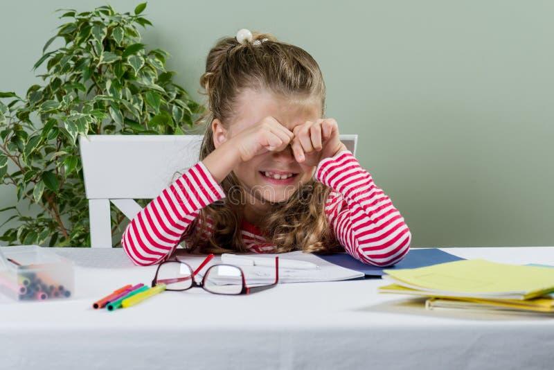 哀伤和疲乏的年轻女小学生7岁 库存图片