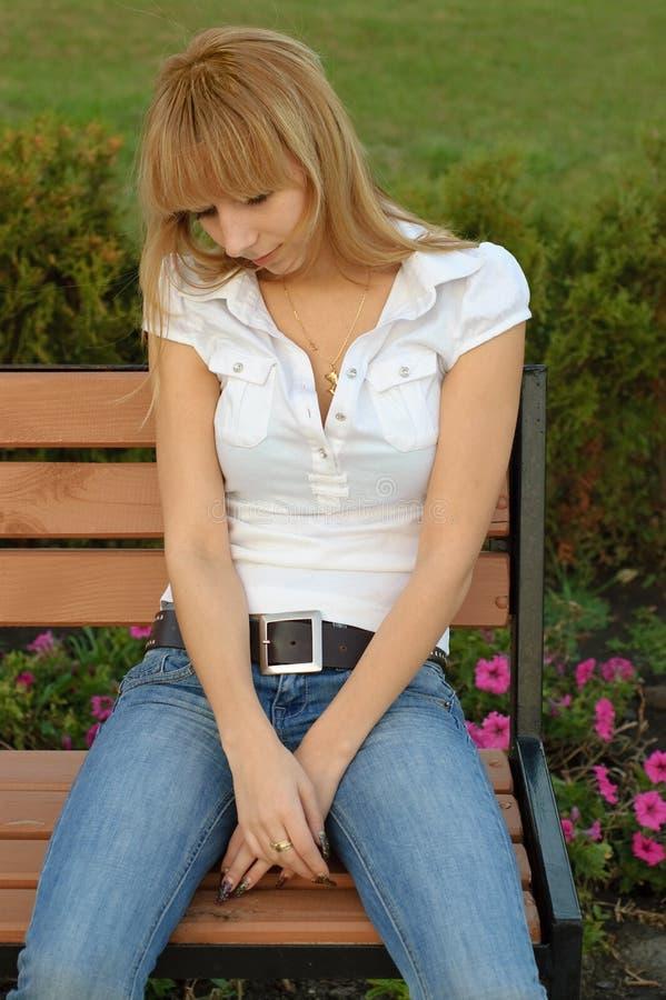 哀伤女孩的公园 免版税库存照片