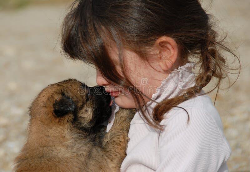 哀伤女孩的小狗 图库摄影
