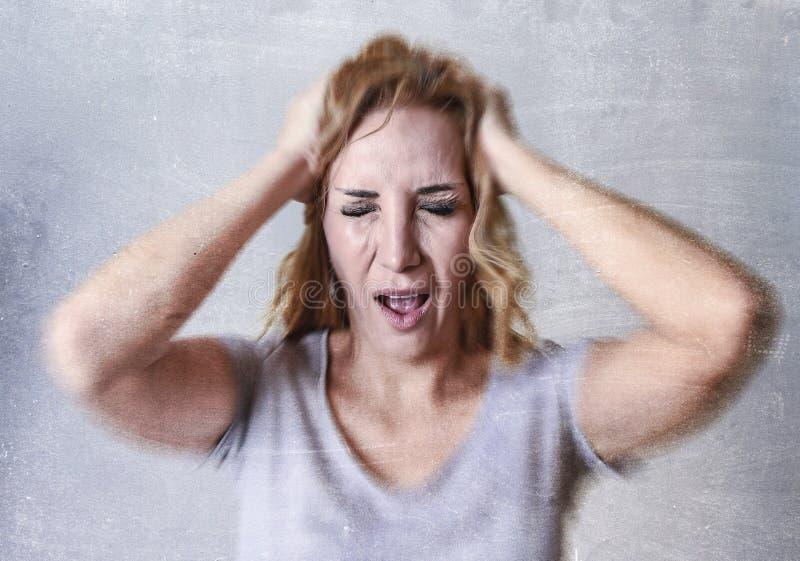 哀伤她的三十和沮丧看的白肤金发的可爱的妇女绝望在哀痛和哀情 库存图片