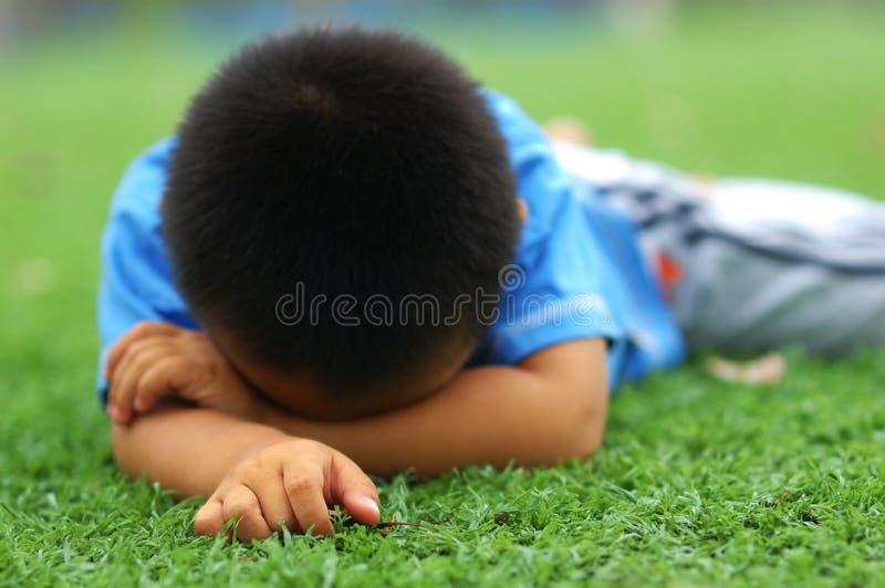 哀伤男孩的草坪 图库摄影