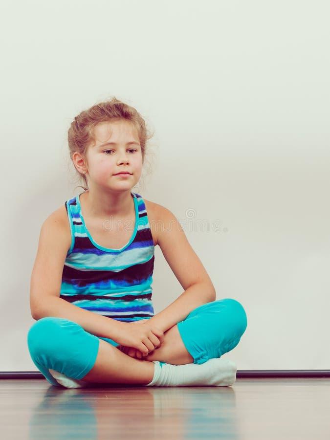 哀伤的不快乐的小女孩孩子在演播室 库存图片