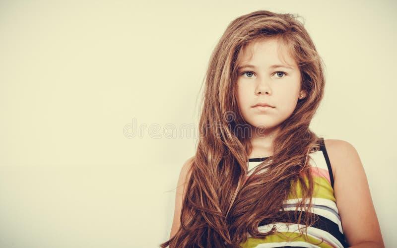 哀伤的不快乐的小女孩孩子画象 免版税库存图片