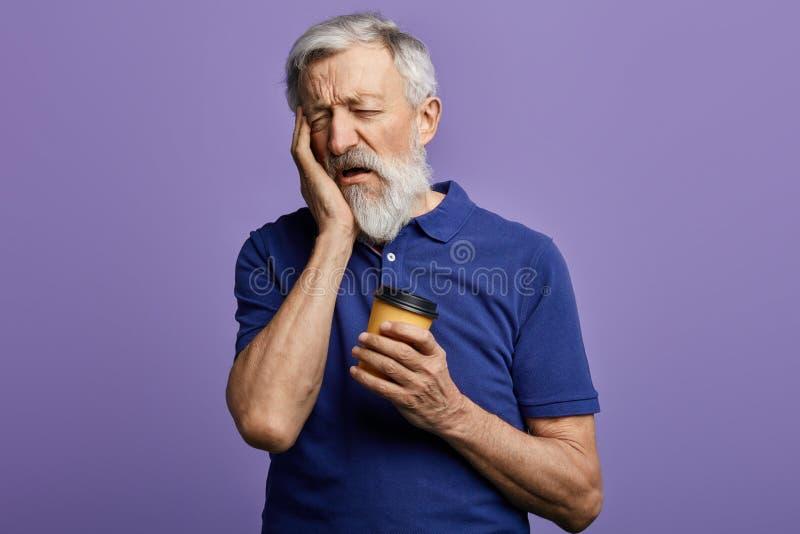 哀伤的不快乐的老人要睡觉 库存图片