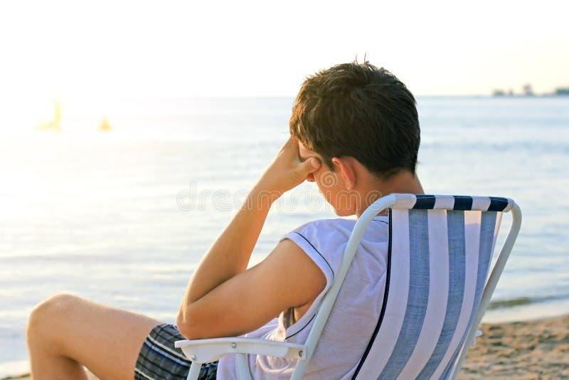 哀伤的人在海边 免版税图库摄影