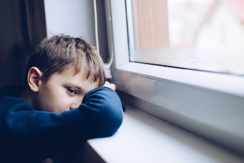 哀伤的单独小男孩孩子 免版税库存照片