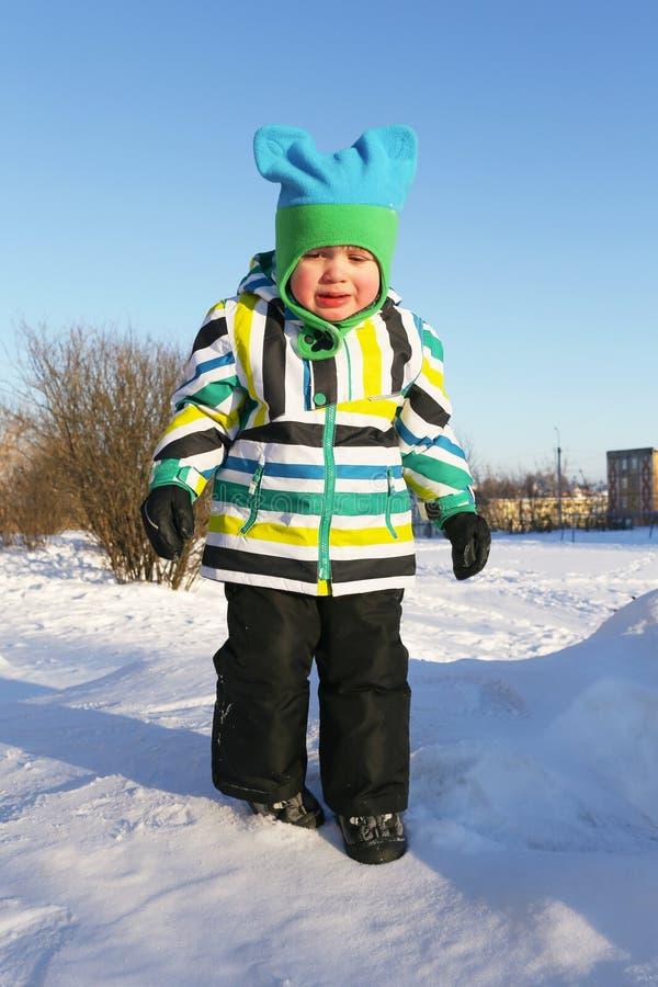 哀伤的哭泣的小男孩在冬天户外 库存图片
