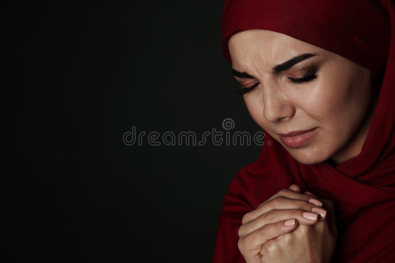 哀伤的回教妇女画象hijab祈祷的 库存图片