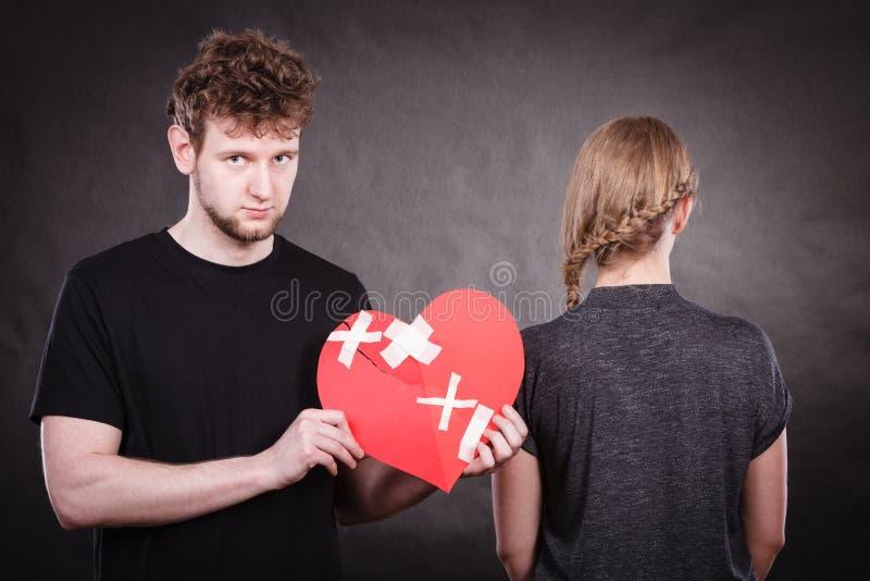 哀伤的夫妇拿着伤心 图库摄影