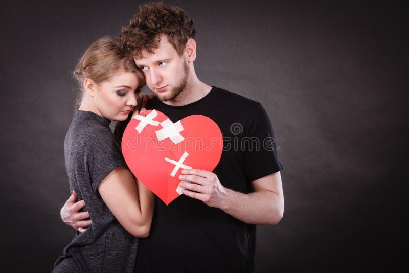 哀伤的夫妇拿着伤心 免版税图库摄影