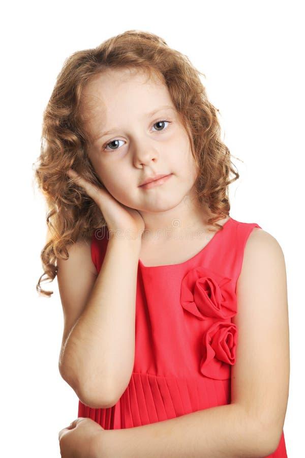 哀伤的女孩在白色背景中握耳朵被隔绝 免版税库存照片