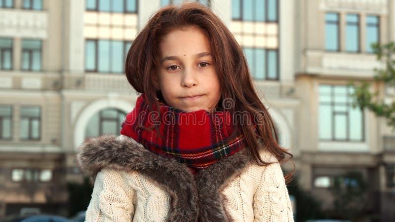 哀伤的女孩生气她找不到在地图的期望对象 免版税库存图片