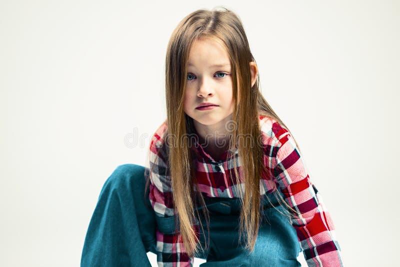 哀伤的女孩 孩子的情感画象 时尚演播室射击 免版税图库摄影