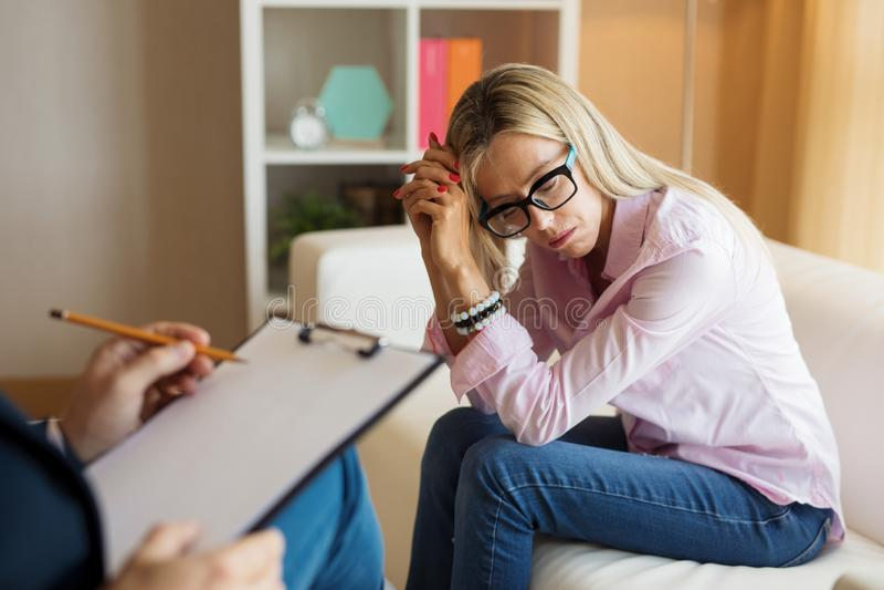 哀伤的妇女会议心理治疗家 图库摄影