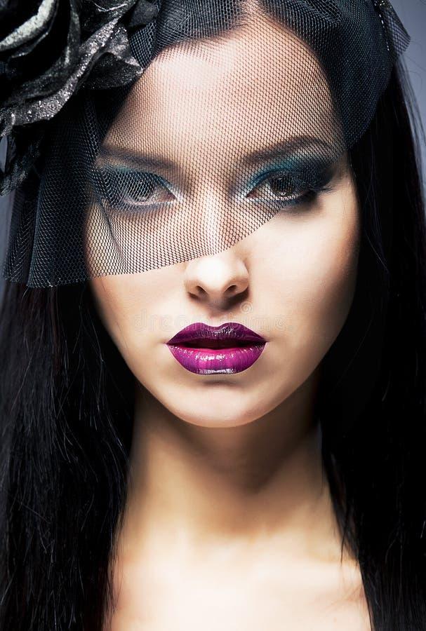 哀伤的妇女纵向有黑色哀悼的面纱的 免版税库存图片
