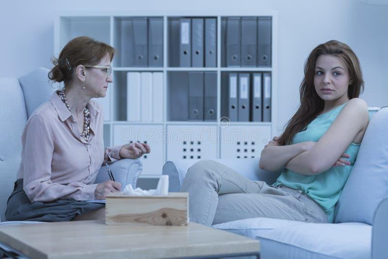 哀伤的妇女谈话与治疗师 免版税库存图片
