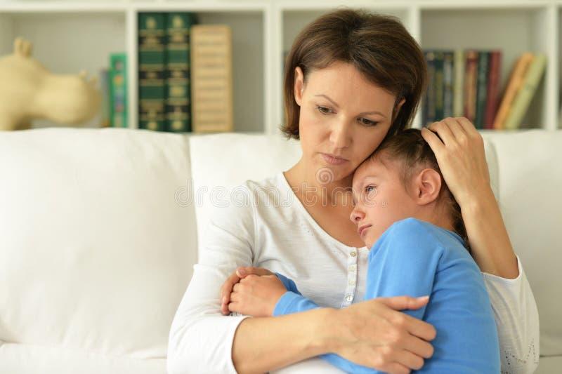 哀伤的妈妈和女儿 免版税库存照片