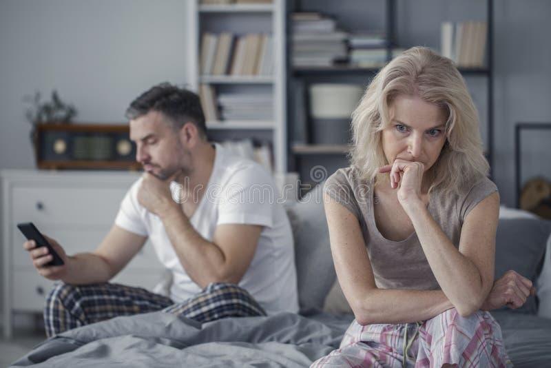 哀伤的妻子和欺诈的丈夫 免版税库存照片