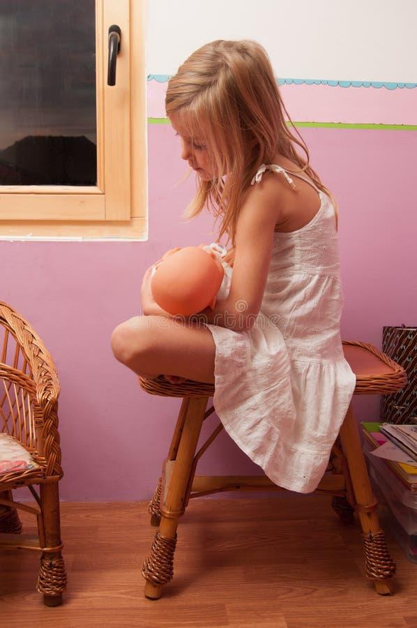 哀伤的小女孩在她的屋子里 库存图片