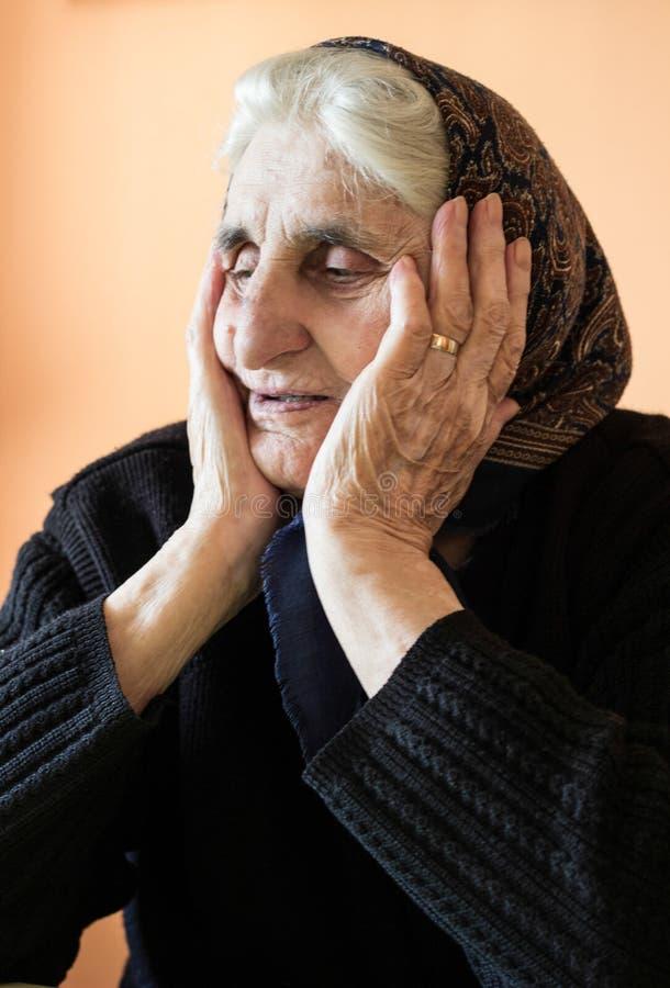 哀伤的孤独的祖母 库存图片