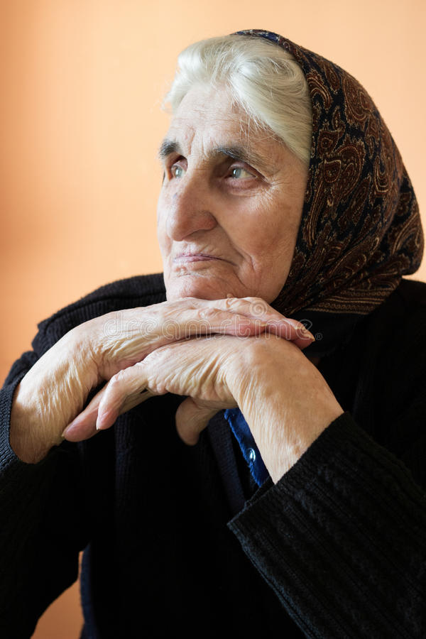 哀伤的孤独的祖母 免版税图库摄影