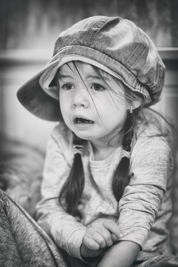 哀伤的孩子,黑白,充满恐惧的sufferingLittle女孩在面孔 库存图片