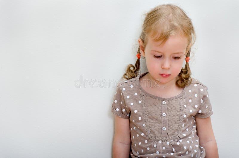 哀伤的小女孩纵向  免版税库存图片