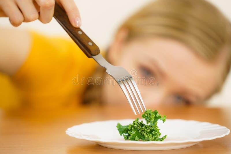 哀伤的年轻女人在饮食 免版税库存图片