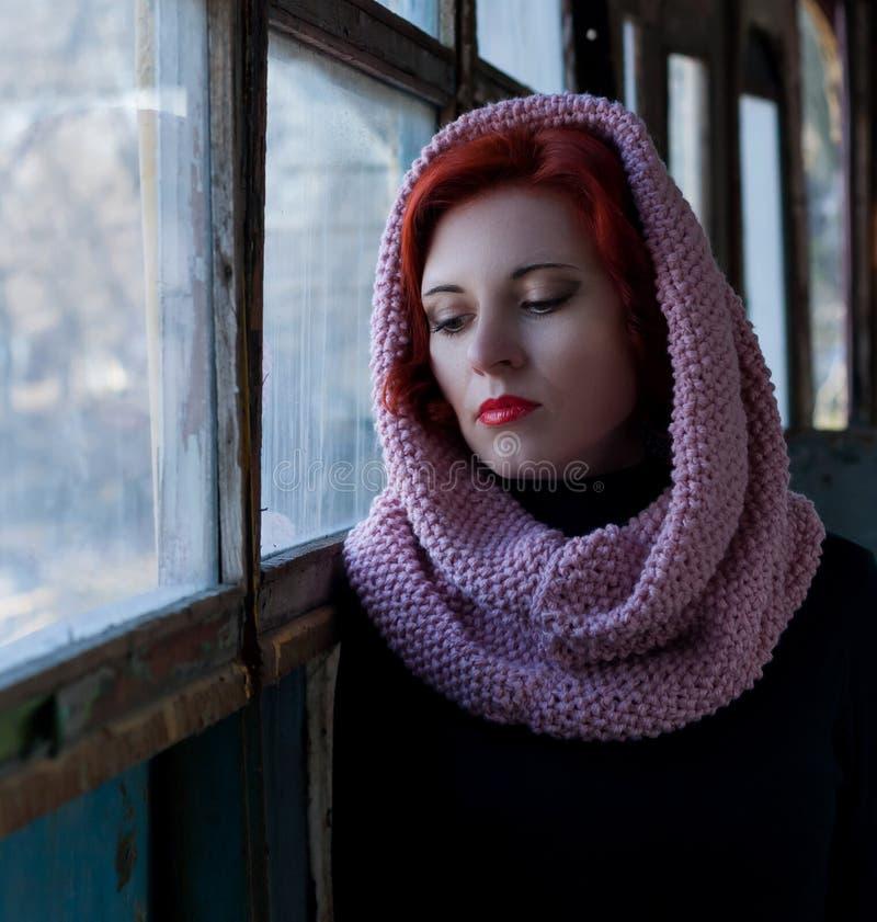 哀伤的年轻红发女孩,与一条围巾的哀伤的女孩神色在她的头 妇女的哀伤的剧烈的画象 库存照片