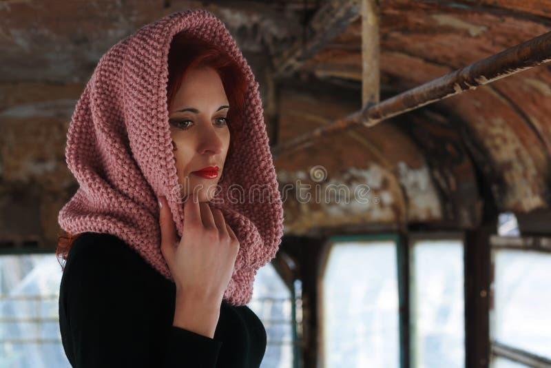 哀伤的年轻红发女孩,与一条围巾的哀伤的女孩神色在她的头 妇女的哀伤的剧烈的画象 免版税库存图片