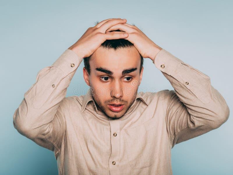 哀伤的担心的害怕的害怕人拉扯头发情感 库存照片