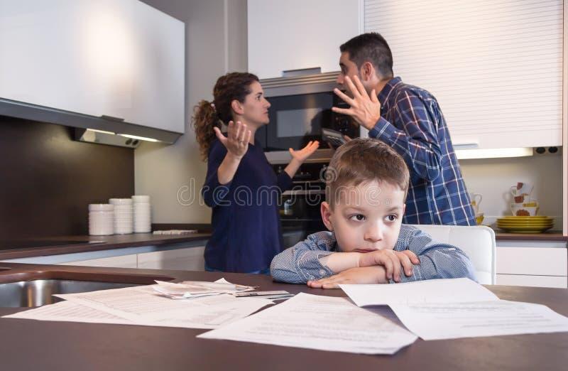 哀伤的有儿童痛苦和的父母讨论 免版税图库摄影