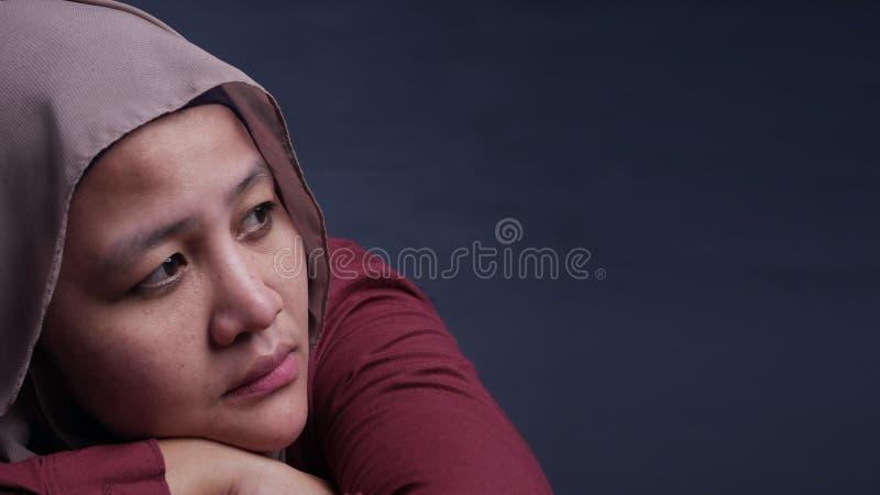 哀伤的沮丧的回教妇女 免版税库存照片