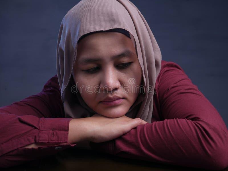 哀伤的沮丧的回教妇女 免版税库存图片