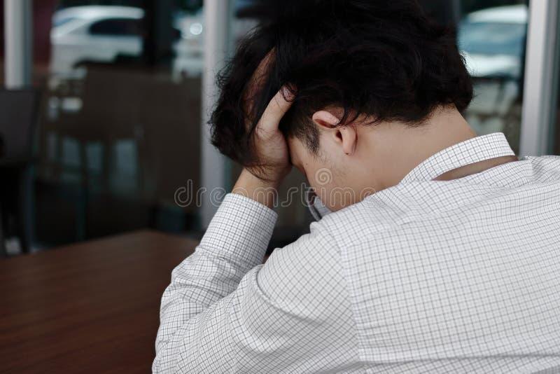 哀伤的沮丧的年轻亚洲商人覆盖物面孔和啼声后面看法  库存照片