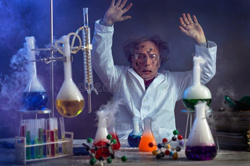 哀伤的科学家在有一个不合格的实验的实验室 库存图片